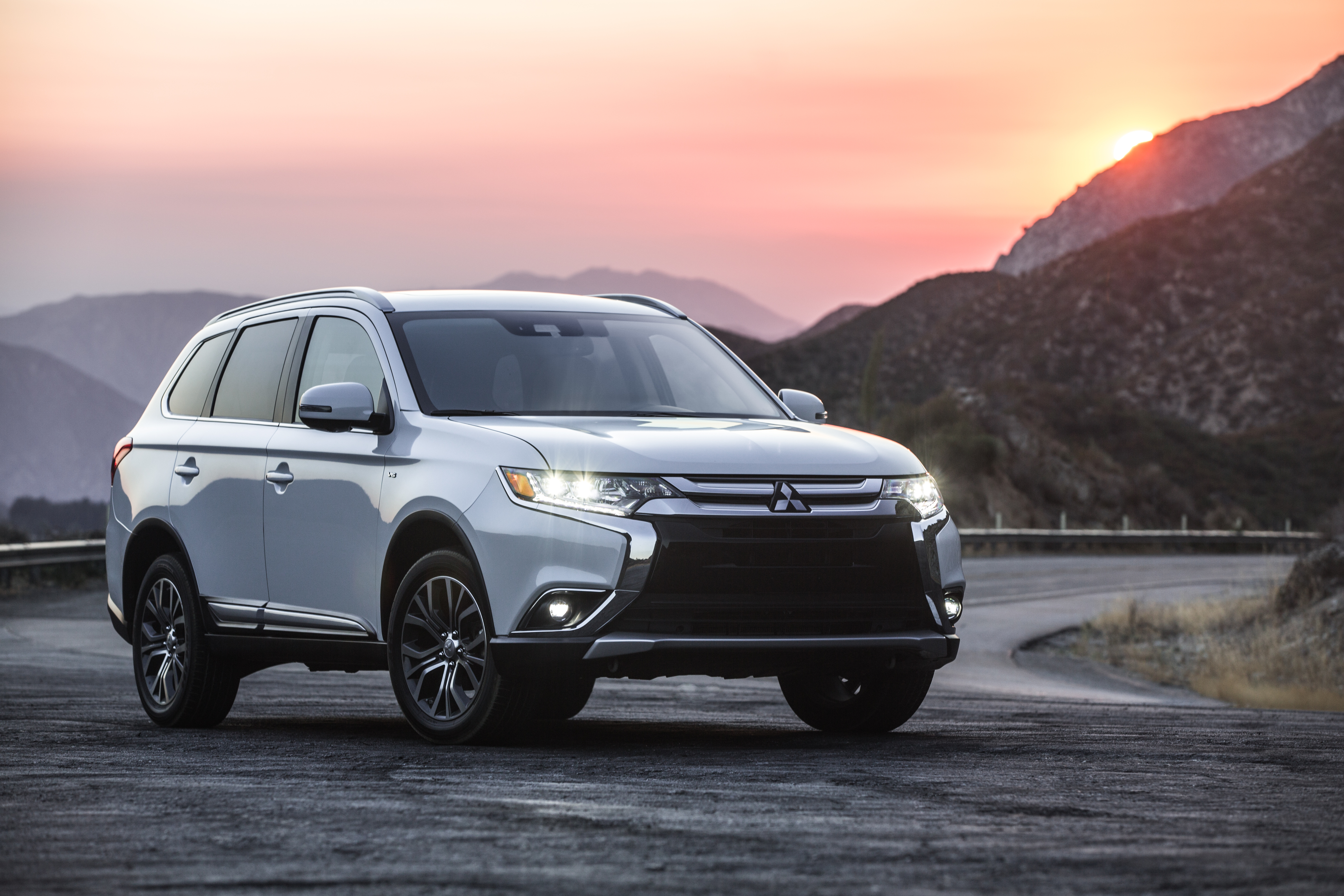 Mitsubishi Outlander suv photo
