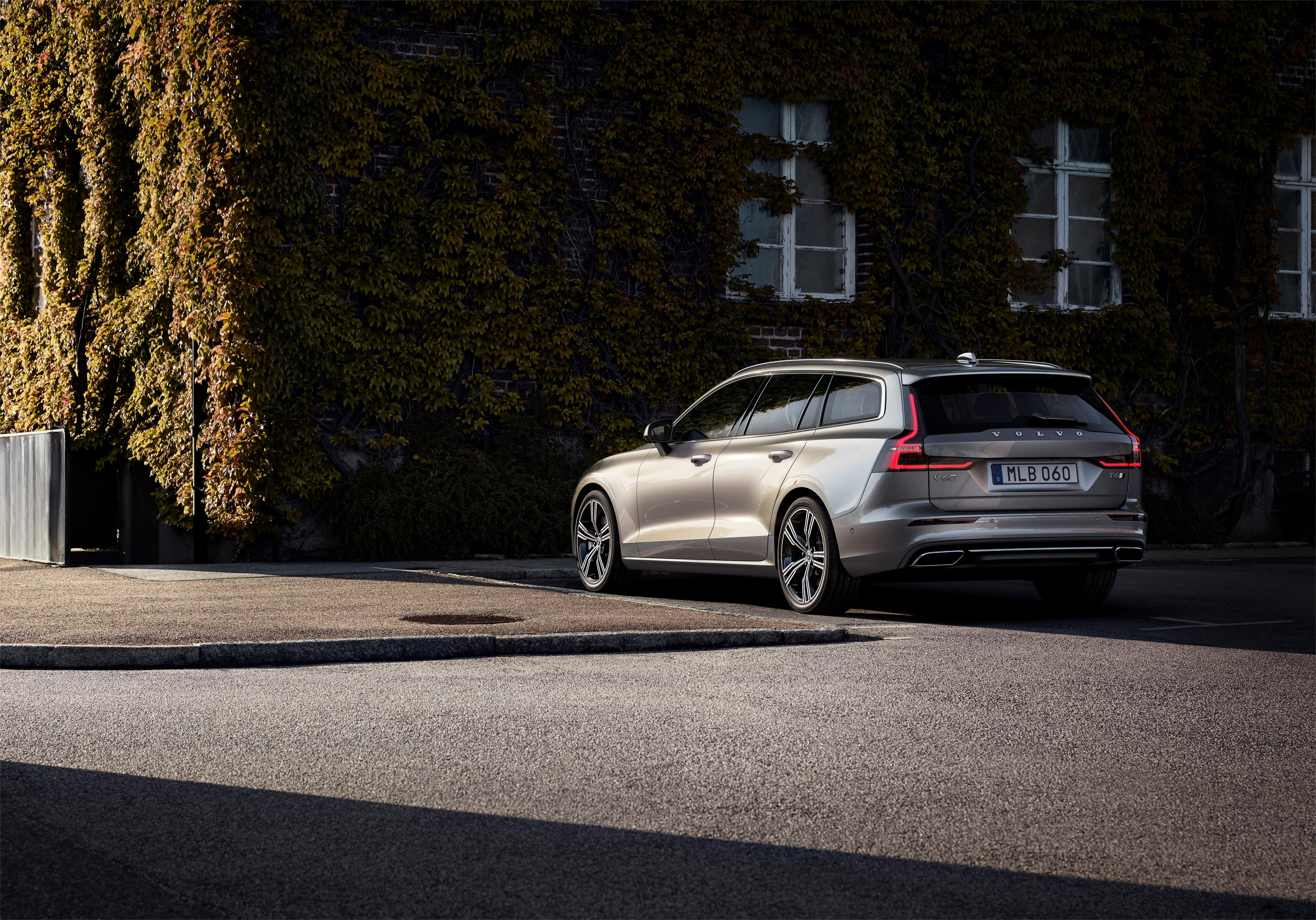 Volvo V60 Cross Country wagon model