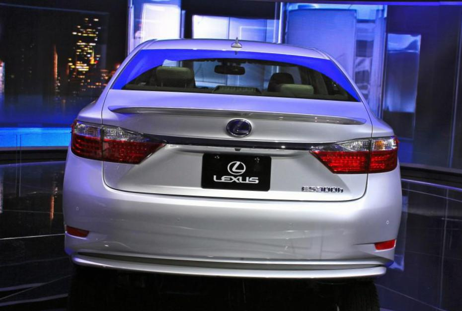 Lexus IS 300h Characteristics 2013