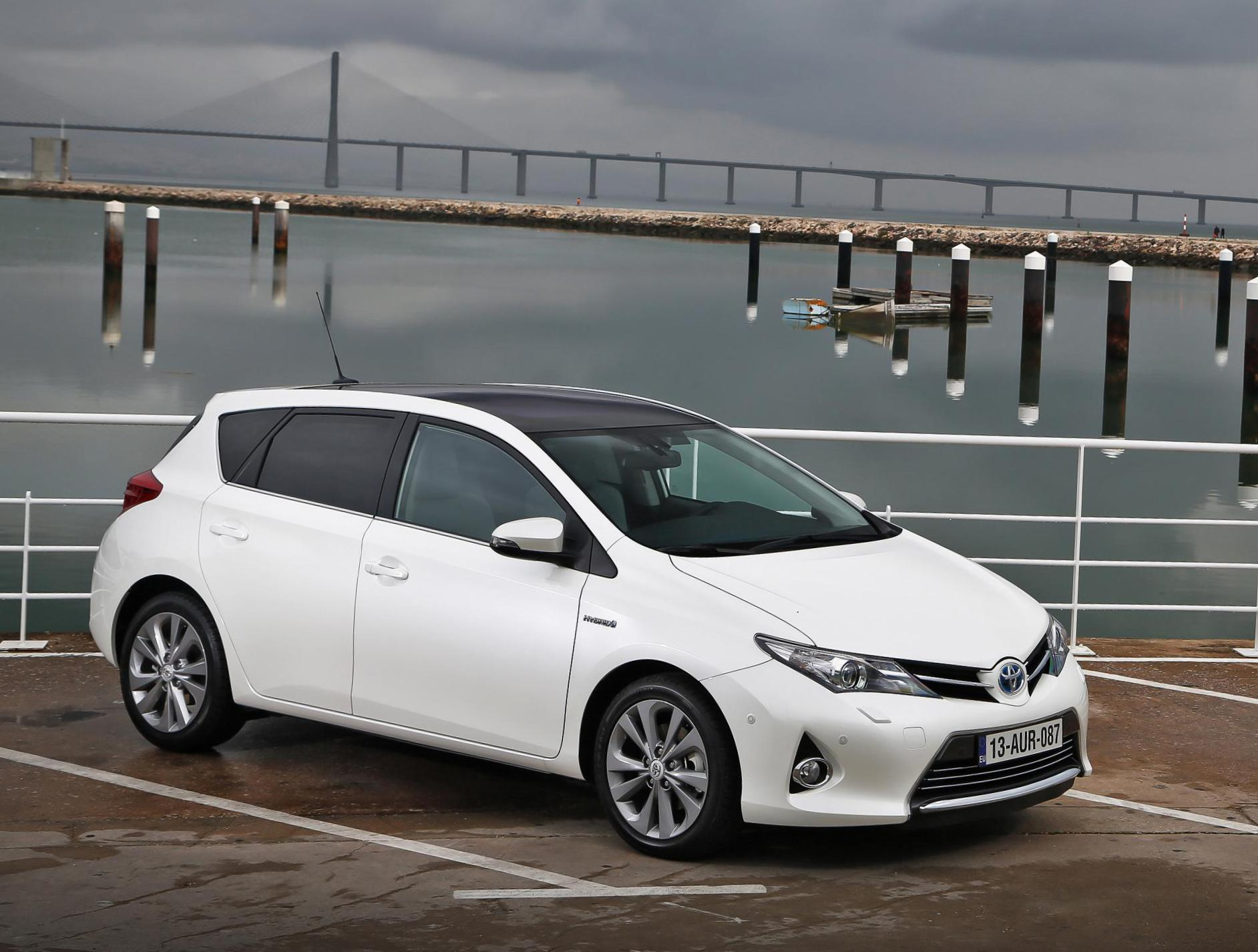 Auris Hybrid Toyota review sedan
