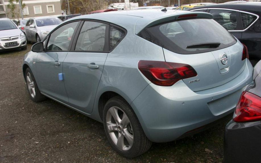 Opel Astra J Hatchback review minivan